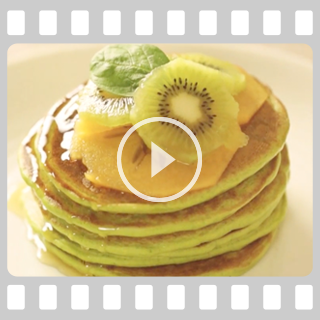 Zielone pancakes z owocami