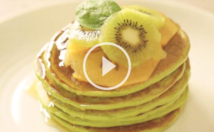 zielone-pancakes-z-owocami