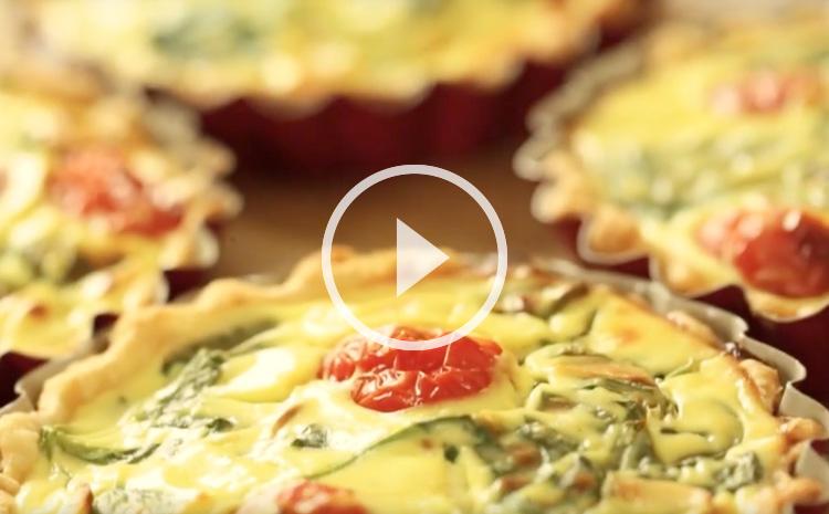 tartaletki-ze-szpinakiem-ricotta-pomidorkami-koktajlowymi-i-platkami-migdalow