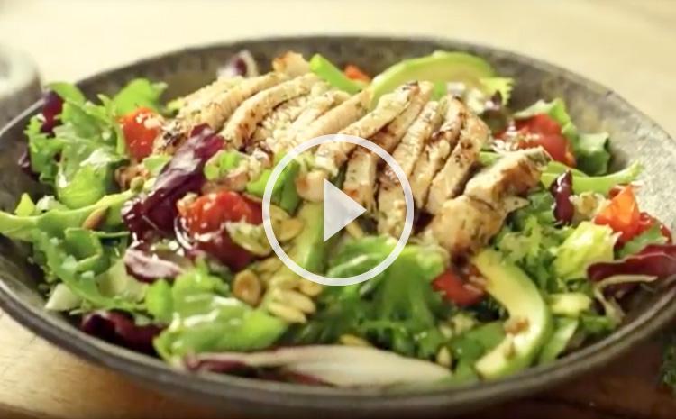 salata-z-indykiem-i-pieczonymi-pomidorkami-koktajlowymi