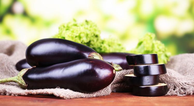 baklazan-z-krewetkami-na-salacie
