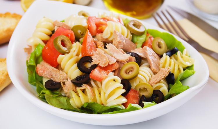 salatka-z-makaronem-i-tunczykiem