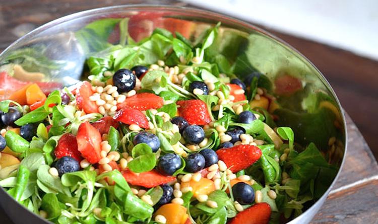 slodka-salatka-z-roszponka-truskawkami-jagodami-brzoskwiniami-oraz-cytrusowym-dressingiem