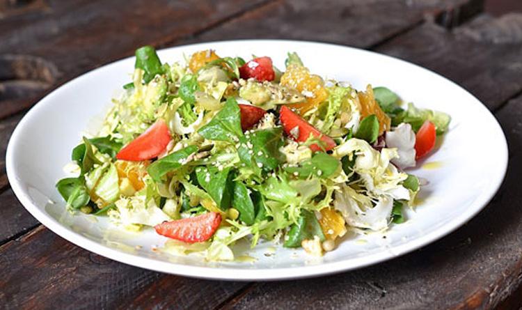 bukiet-kolorowych-salat-z-pestkami-dyni-slonecznika-orzechami-wloskimi-i-piniowymi-oraz-dressingiem-z-syropem-klonowym
