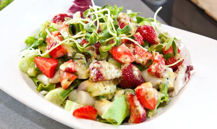 salatka-ze-szparagow-z-wedzonym-kurczakiem
