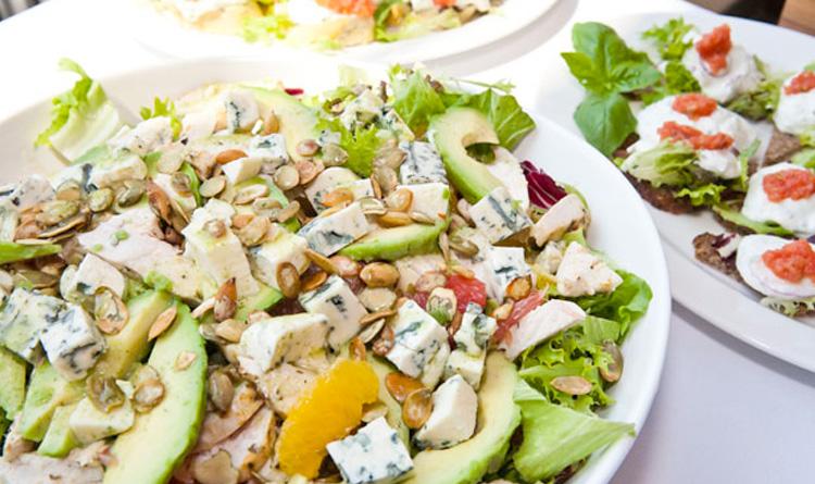 salatka-z-pomaranczy-grapefruita-i-grillowanej-piersi-z-kurczaka