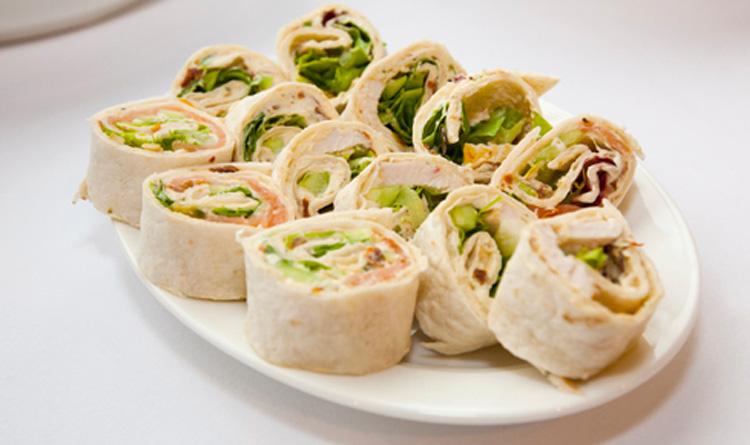 tortilla-z-plastrami-wedzonego-lososia-pomidorami-suszonymi-salatami-i-kremowym-serkiem-philadelphia