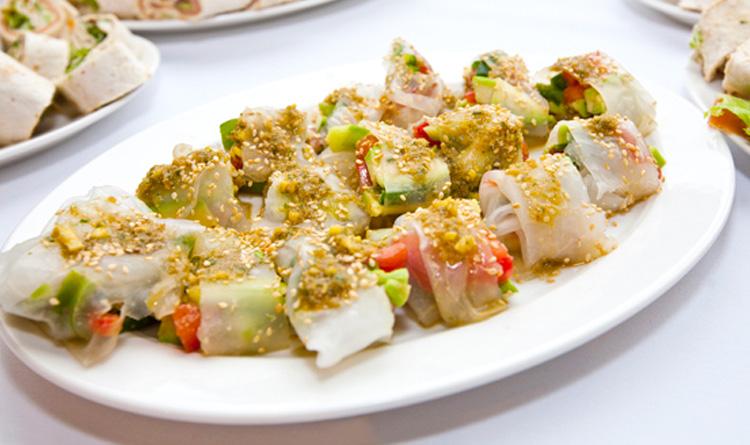 spring-rolls-z-chrupiacymi-warzywami-podane-z-sosem-sojowym-ze-swieza-kolendra-imbirem-i-chilli