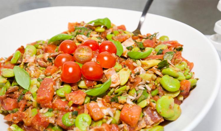salatka-z-bobem-chrupiacym-bekonem-pomidorami-i-kolorowymi-salatami
