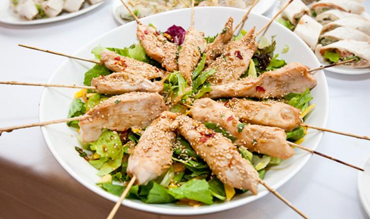 szaszlyki-drobiowe-yakitori-na-salatce-z-owocow-poludniowych-z-sosem-miodowo-sojowym-i-ziarnami-sezamu