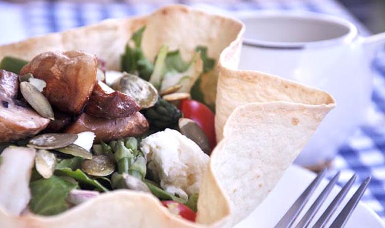 wiosenna-salata-w-talerzykach-z-tortilli