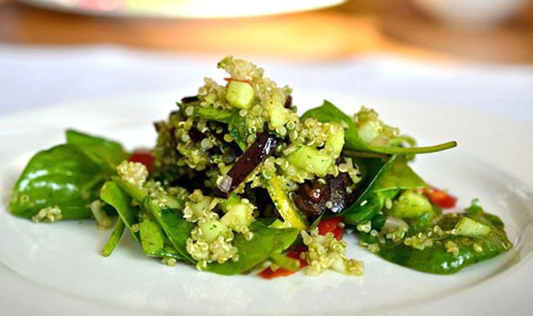 salatka-z-quinoa-ze-swiezymi-daktylami-i-szpinakiem