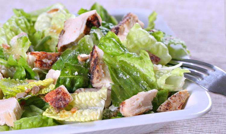 salatka-mix-z-grillowanym-kurczakiem-i-serem