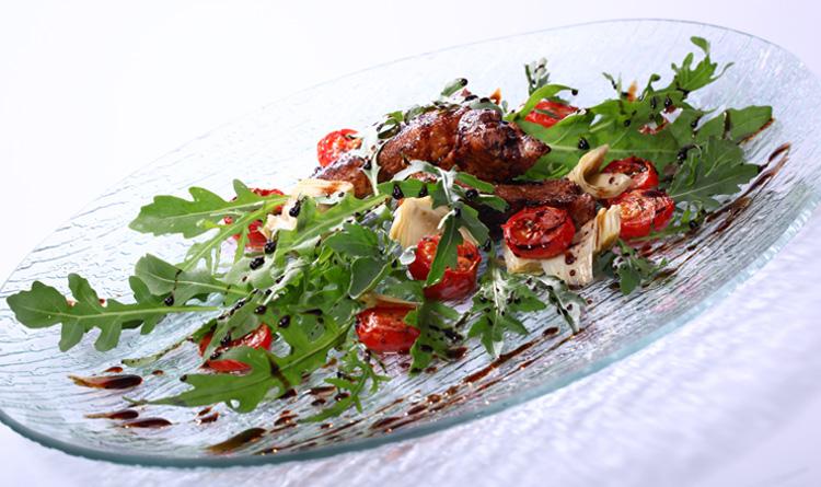 salatka-z-rukola-i-pieczonymi-zeberkami