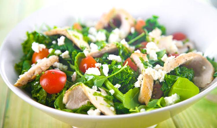 salatka-z-jarmuzu-z-piersia-kurczaka-i-dressingiem-kolendrowym