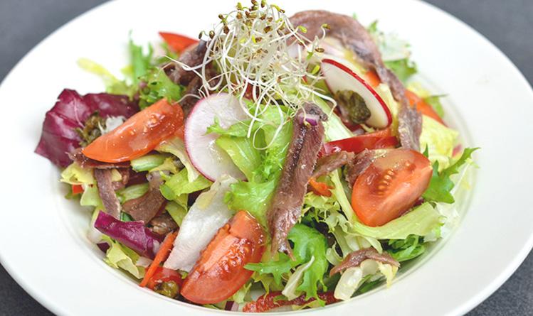 salata-z-anchois-smazonymi-kaparami-i-papryka-z-winegretem-1