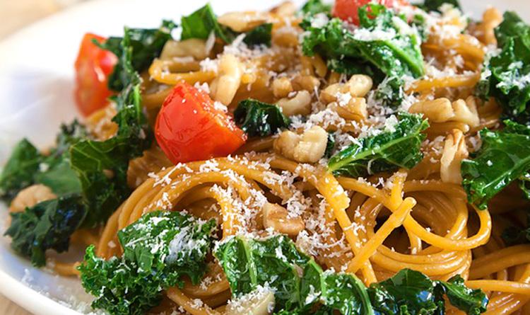 spaghetti-z-jarmuzem-i-orzechami