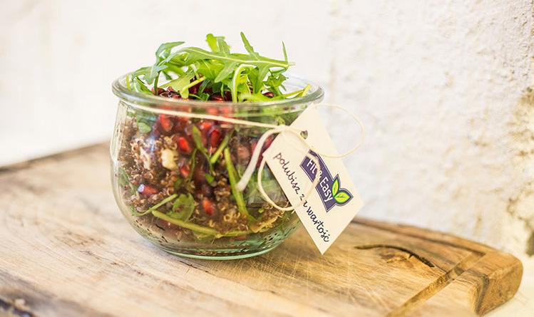 salatka-z-kaszy-quinoa-rukoli-sera-korycinskiego-granatu-i-prazonych-platkow-migdalow