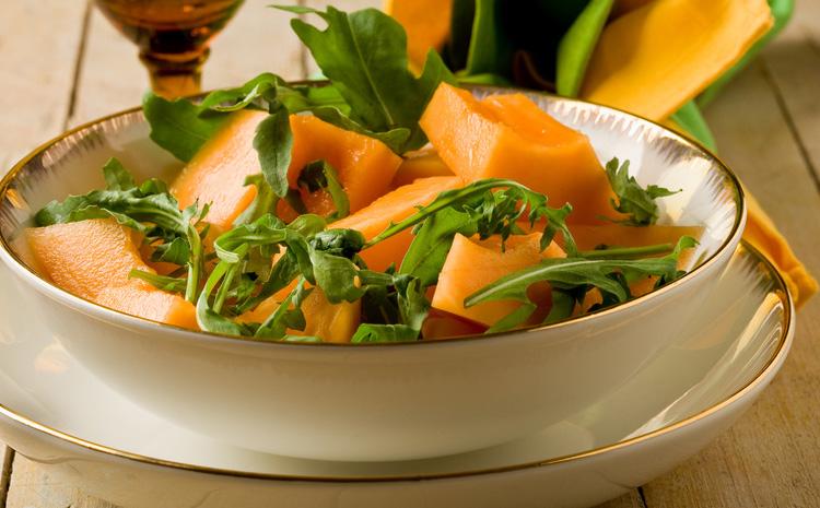 salatka-na-bazie-rukoli-z-melonem-gruszka-i-orzechami-wloskimi