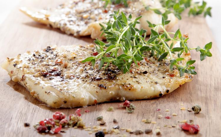 grillowany-dorsz-podany-na-salacie-rzymskiej-seler-pieczony-z-tymiankiem