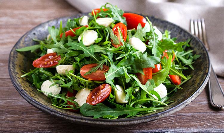 salata-z-rukoli-z-mozzarella-i-pomidorkami