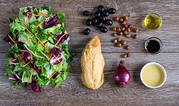 salata-z-wedzonym-kurczakiem-cebula-i-oliwkami