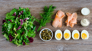 salata-z-wedzonym-lososiem-i-jajkami