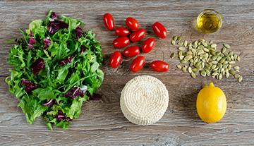 salata-z-wedzonym-twarogiem-i-pomidorkami-2