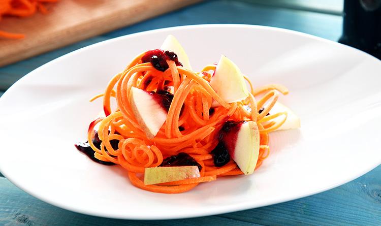 salatka-ze-spaghetti-z-marchewki-jablka-i-powidlami-porzeczkowymi