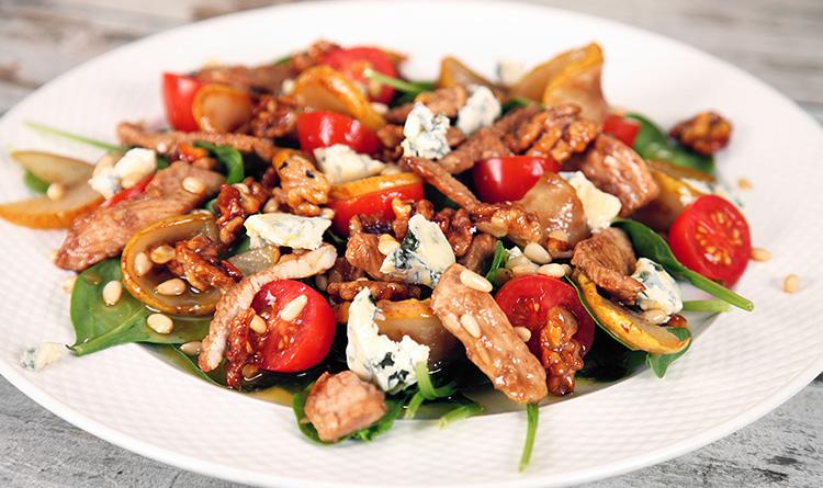 szpinak-pod-karmelizowana-gruszka-z-serem-gorgonzola-indykiem-i-orzechami