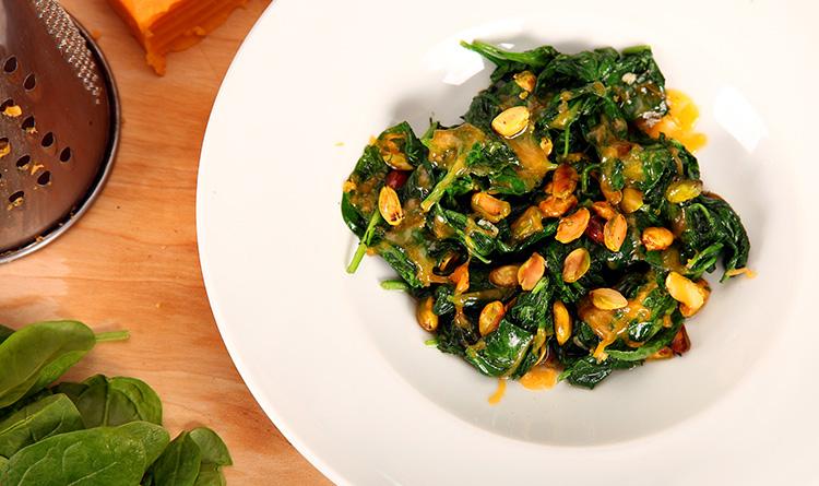 duszony-szpinak-z-pistacjami-i-serem