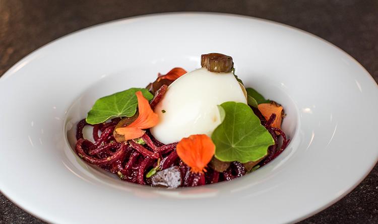 salatka-z-makaronem-buraczanym