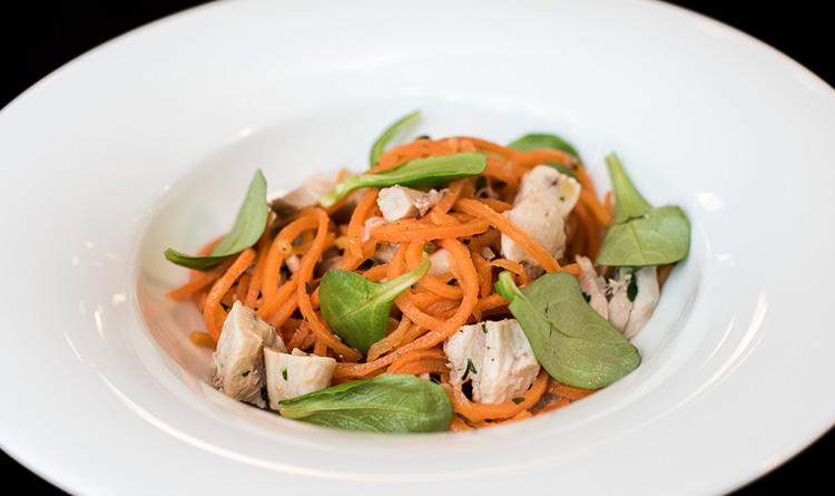 spaghetti-marchewkowe-z-krolikiem-ragu-warzywnym-i-roszponka