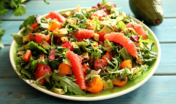 fit-salatka-z-active-salata-pieczonym-awokado-i-grejpfrutem