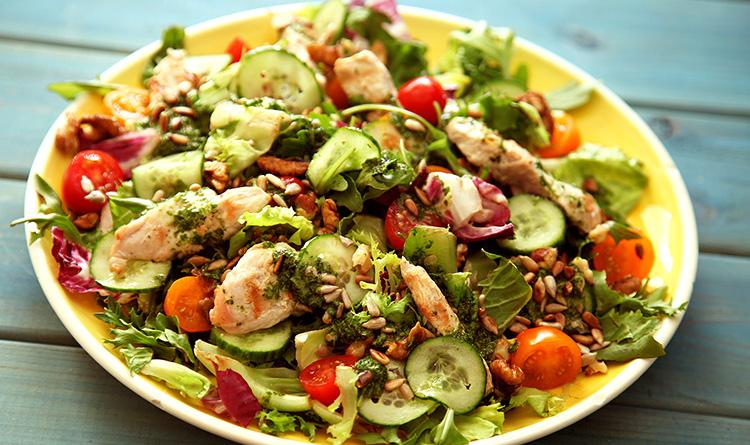 salatka-z-indykiem-i-orzechami-wloskimi