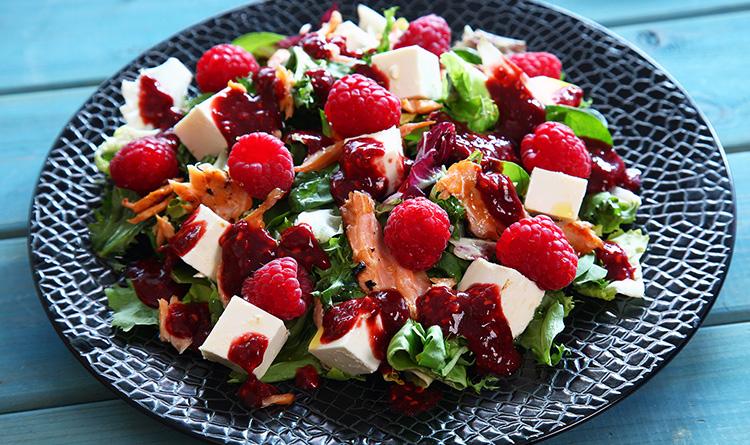 salatka-z-wedzonym-lososiem-malinami-i-serem-feta
