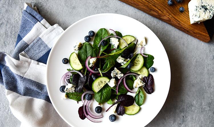 salatka-z-serem-plesniowym-i-borowkami