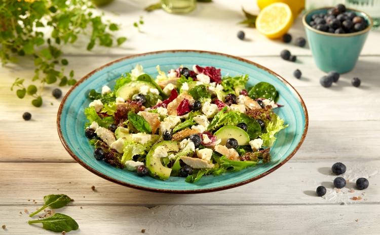 salatka-z-borowkami-i-kurczakiem