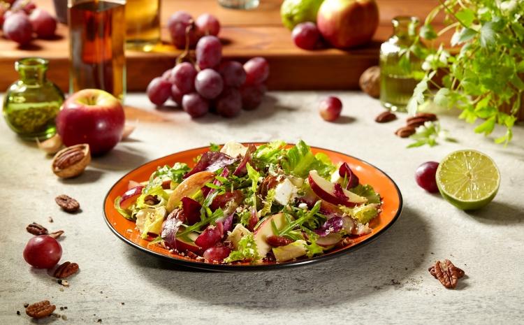 salatka-z-serem-plesniowym-i-owocami
